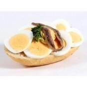 mit gekochtem Ei und Sardellenfilets (BW)