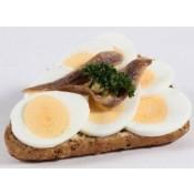 mit gekochtem Ei und Sardellenfilets (BM)