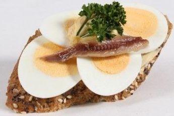 mit gekochtem Ei und Sardellenfilets (PSv)